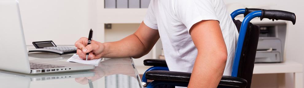 Rollstuhlfahrer bei der Arbeit